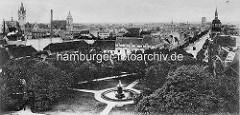 Historisches Panorama von Dessau, Luftaufnahme mit den Türmen der Stadt.