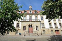 Eingang vom Gebäude des Amtsgerichts Dessau-Roßlau.