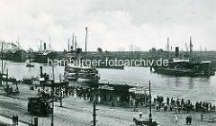 Altes Foto vom Anleger an der Hakenterrasse, Straßenbahnen und Pferdewagen; ein Ausflugsdampfer fährt ab; Frachtschiffe liegen auf dem Fluss.