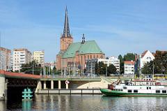 Uferpromenade an der Oder in Stettin; Brücke über den Fluss - Blick zur erzbischöflichen Jakobikathedrale (Bazyliki Archikatedralnej p.w. św. Jakuba) Jakobikirche.