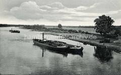 Altes Bild von der Elbe bei Dessau / Roßlau; Binnenschiffe werden mit Schleppern / Barkassen flussabwärts geschoben.