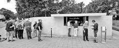 Trinkhalle an den Meisterhäusern - Bauhausarchitekturin Dessau, Architekt Mies van der Rohe. Erbaut 1932 - abgerissen 1962, wieder aufgebaut 2016.