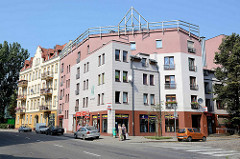 Architektur in Stettin modernes Eckgebäude als Wohnhaus mit Läden im Erdgeschoss.