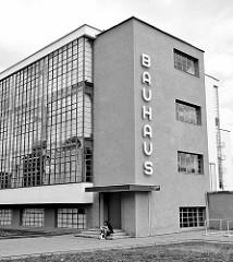 Schriftzug Bauhaus am Bauhausgebäude Dessau - Schulgebäude für die Kunst-, Design- und Architekturschule Bauhaus; erbaut 1926.