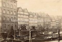 Historisches Foto von der Wohnbebauung auf dem Kehrwieder, Kräne an der Kaimauer - Schuten und Ewer liegen vor Anker.