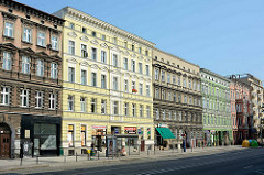 Neoklassizistische Hausfassaden in unterschiedlicher Farbgebung; Hauptstraße in Stettin.