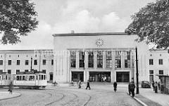 Altes Bild vom Dessauer Hauptbahnhof, Blick auf das Empfangsgebäude, Fahrradfahrer / Passanten, Straßenbahn.