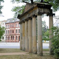 Römische Ruine / Sieben Säulen - Georgium, historischer Landschaftspark in Dessau-Roßlau.