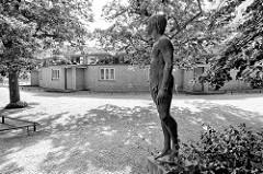 Gebäude vom Arbeitsamt in Dessau, erbaut 1929 - Entwurf Walter Gropius. Bronzeskulptur Nackter Stehender Mann auf einem Sockel.