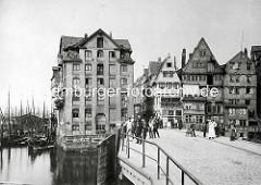 Altes Bild aus der Hamburger Altstadt bei der Hohen Brücke am Binnenhafen; Kontorhäuser / Lagerhäuser stehen direkt am Wasser.