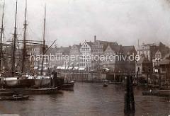 Altes Bild vom Hamburger Binnenhafen - ein Frachtsegler liegt an den Dalben; re. die Mündung vom Nikolaifleet.