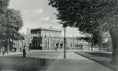 Alte Fotografie vom Hauptbahnhof Dessau, Blick auf das Empfangsgebäude und den Bahnhofsvorplatz.