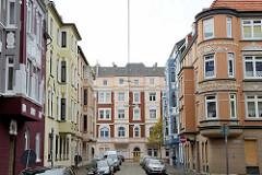 Blick durch die Dorotheastraße zur Goethestraße in Bremerhaven; prächtig restaurierte Hausfassaden.