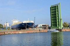 Die Klappbrücke zwischen dem neuen Hafen im Kaiserhafen ist hochgefahren.