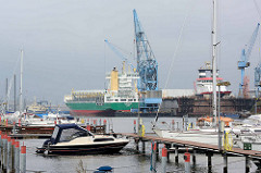 Marina / Sportboothafen beim Fischereihafen Bremerhaven; Sportboote und Frachter.