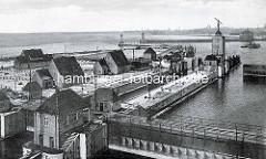 Altes Foto  von der Schleuse im Fischereihafen von Gestemünde / Bremerhaven; ein Schiff ist in die schleusen eingefahren.