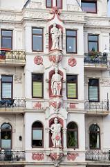 Stuckfiguren als Fassadendekoration - sogenannte Rudelsburg, Mietshaus / Geschäftshaus Bremerhaven; erbaut 1899 - Architekt H.F. Kistner.
