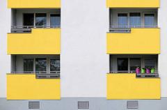 Hochhaus, Wohnblock mit gelben Balkons; bunten Blumentöpfen - Architekturbilder aus Bremerhaven.