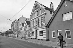 Wohnhäuser in unterschiedlichen Baustilen und Dachformen in der Batteriestraße von Bremerhaven-Lehe.