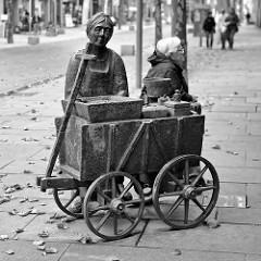 Skulptur Granatfrau / Krabbenverkäuferin in der Fußgängerzone von Bremerhaven. Die Bronze-Plastik wurde von Bildhauer Gerhard Olbrich 1988 entworfen.