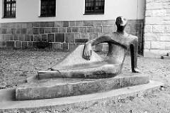 Skulptur / Bronzeskulptur Gottsucher an der Dionysiuskirche  in Bremerhaven; Bildhauer Franz Rotter, 1981.