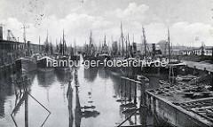 Altes Bild / Fotografie vom Fischereihafen  in Wesermünde; dicht gedrängt liegen die Fischerboote im Hafenbecken.