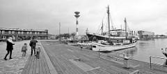 Fischereihafen in Bremerhaven - im Hintergrund Leuchtturm  / Oberfeuer.