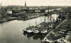 Alte Hafenansicht von Bremerhaven, Binnenschiffe, Frachtsegler und Schlepper liegen im Kaiserhafen.