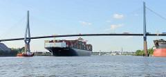 Der Containerfrachter E.R. Tianping läuft in den Hamburger Hafen ein; Schlepper und das 334.00 m lange Frachtschiff befinden sich unter der Köhlbrandbrücke.