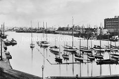 Historisches Bild vom Jachthafen in Bremerhaven am Ende vom Fischereihafen.