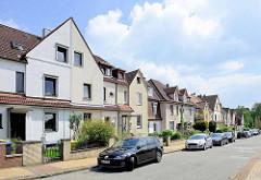 Geschlossene Straßenbebauung mit einstöckigen Doppelhäusern; unterschiedliche Fassadengestaltung - Architektur in Hamburg Wilstorf.