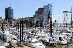 Blick über den Hamburger City Sporthafen zum Kehrwieder und der Elbphilharmonie