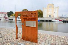 Stahlrelief mit Inschrift - Denkmal an Johann Friedrich Christian Buss - Fischhändler, Reeder und Begründer der deutschen Hochseefischerei.