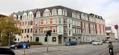 Eckbäude im Gründerzeit Baustil mit unterschiedlicher Fassadengestaltung - Dachausbau; Stresemannstraße in Bremerhaven.