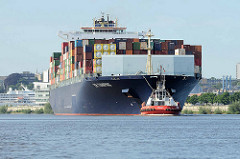 Der Containerfrachter E.R. Tianping lläuft in den Hamburger Hafen ein; ein Schlepper zieht das 334.00 m lange Frachtschiff auf dem Köhlbrand.