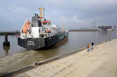 Der Chemikalientanker FINJA verlässt die Schleuse am Fischereihafen von Bremerhaven und fährt in die Weser ein