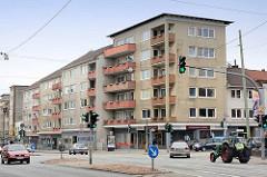 Schlichte Wohnblocks mit Balkons an einer Hauptverkehrsstrasse in Bremerhaven.