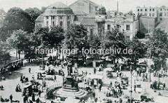 Historische Fotografie vom Marktplatz in Bremerhaven kleine Marktstände rund um das Denkmal von Johann Smidt.