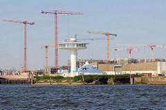 Blick über die Norderelbe zu den Baukränen am Baakenhafen in der Hamburger Hafencity.