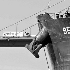 Schiffsbug mit Anker vom Massengutschiff / Frachter Beskidy im Hamburger Hafen / Köhlbrand, Neuhöfer Kanal.