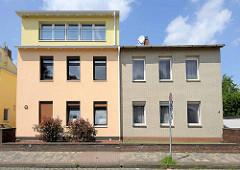 Schlichtes symmetrisches Doppelhaus, unterschiedliche Fassadengestaltung - Dachaufbau / Dachterrasse; Wohnhäuser in Hamburg Wilstorf.