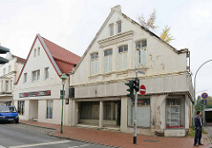 Wohnhäuser / Geschäftshäuser in unterschiedlichem baulichen Zustand; ähnliche Bauform - lange Straße in Bremerhaven