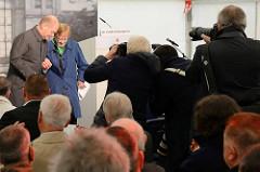 Hamburgs Erster Bürgermeister Olaf Scholz begleitet Dr. Lucille Eichengreen von der Bühne - Fotografen.