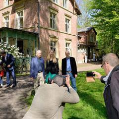 Fototermin vor der Villa Mutzenbecher -  Gerd Knop, Jana Schiedek  und Andreas Reichel  vor dem alten Gebäude.