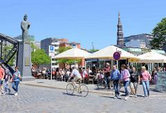 Sommer in der Hansestadt Hamburg - Café an der Brooksbrücke in der Hamburger Speicherstadt. Brücken-Skulptur von  Friedrich I / Barbarossa,