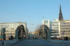 Brooksbrücke über den Zollkanal in Hamburg, im Hintergrund die Spitze vom Kirchturm Sankt Nikolai.
