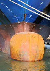 Rostiger Wulstbug des Frachters Austral im Kaiserhafen von Bremerhaven