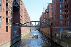 Blick von der Wilhelminenbrücke auf das Kehrwieder Fleet in der Hamburger Speicherstadt / Hafencity,