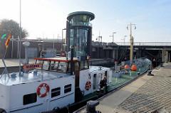 Ein Frachter liegt in der Schleuse am neuen Hafen in Bremerhaven und wartet auf die Schleusung in die Weser.