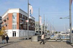 Hafenpromenade am neuen Hafen Bremerhaven, Hotelgebäude Wohnhäuser.